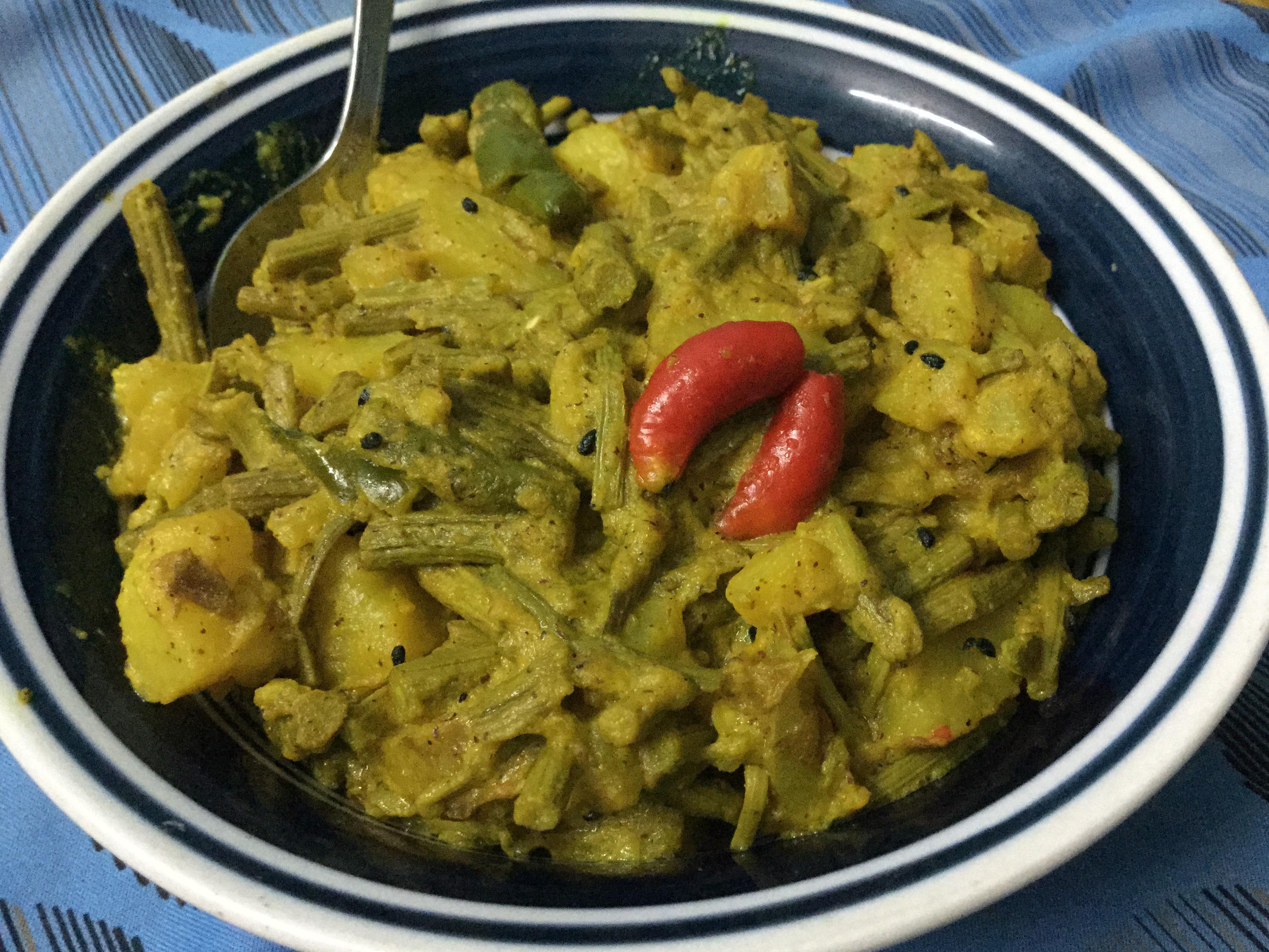 Vegetarian Side Dish  –  Tender Drumstick Curry/Bengali Recipe  –  Loti Sojner Torkari